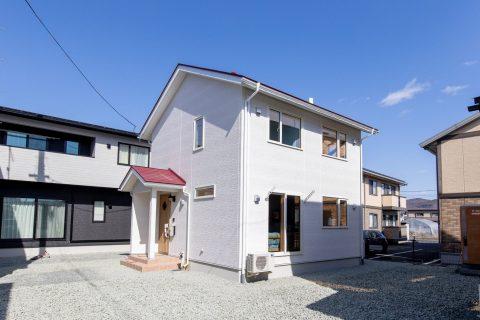 赤い屋根と白い壁のコントラストがかわいいお家