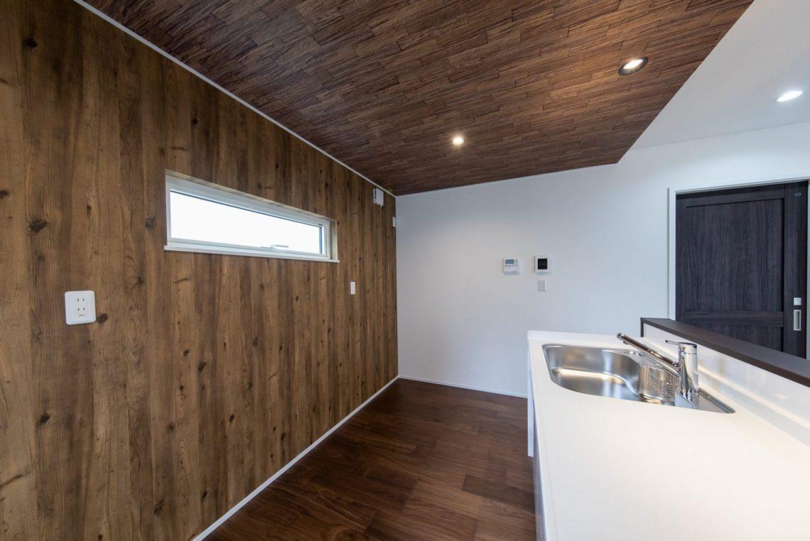 キッチンの下がり天井がスタイリッシュなお家。