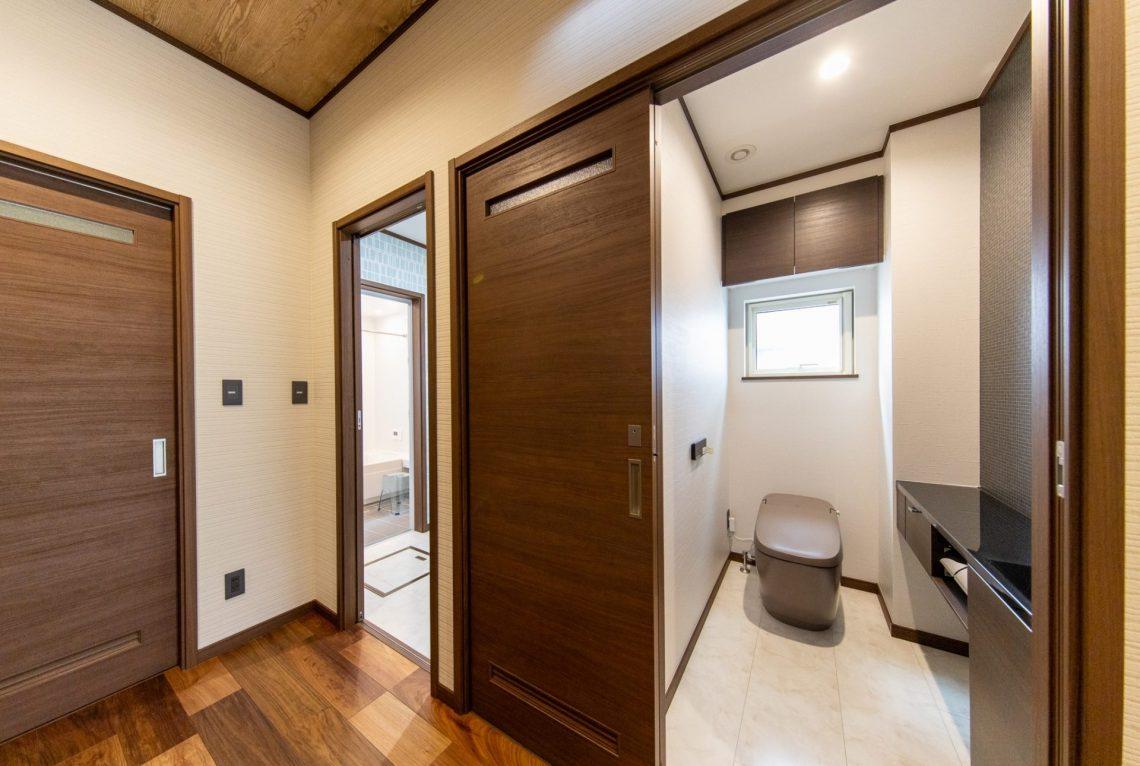 ウッドデッキと一体となる広々リビングが開放的なお家